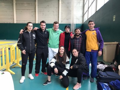 Aina Cornellà(primera per l'esquerra), amb la resta de la delegació del Judo Olèrdola a La Llagosta