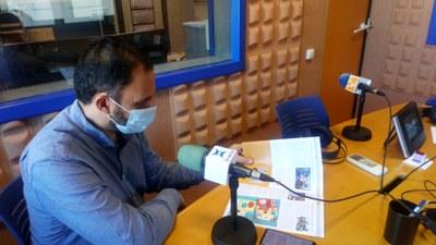 Jordi Catasús, portaveu del govern municipal, amb el butlletí municipal d'aquest mes de novembre