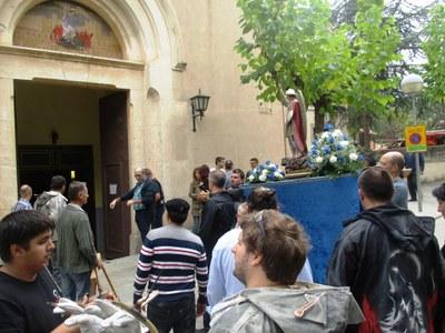 Entrada de Sant Miquel a l'església, al final de la cercavila