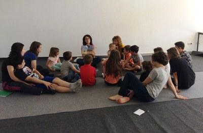 Assistència nombrosa en les sessions de contes infantils en anglès organitzades per l'Ateneu Mogenc