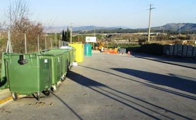 Àrea d'emergència de contenidors al carrer del Camp de Moja