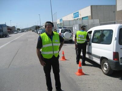 Els agents municipals informen del contingut de l'ordenança. (foto: arxiu)