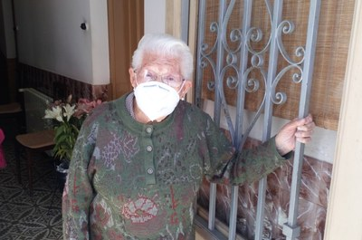 Claudina Marcé, a la porta de casa seva a Sant Pere Molanta