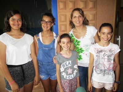 Núria Ametller amb quatre de les seves alumnes