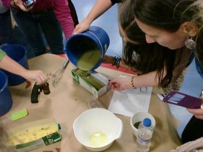 Divendres es fa a Moja un taller per reciclar l'oli de cuina usat i convertir-lo en sabó