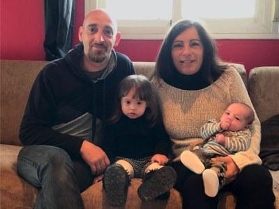 El petit Egan, amb la seva germana Ira i els seus pares, Jéssica Navarro i Manel Gálvez
