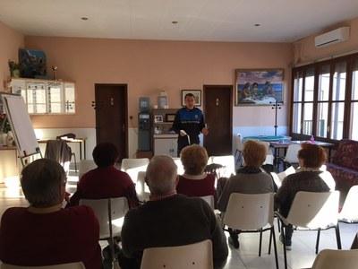 El agents municipals realitzen xerrades als casals d'avis d'Olèrdola sobre seguretat ciutadana