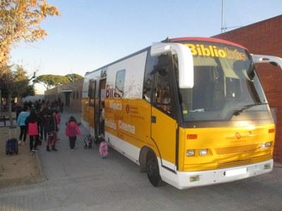 El bibliobús a Moja ha incrementat en un 70% la xifra d'usuaris des de que s'instal·la davant de l'escola