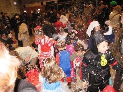 Guerra de confeti i xocolatada per acabar la festa