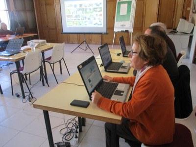 El Casal d'Avis de Moja acull un curs d'iniciació a la informàtica per a gent gran