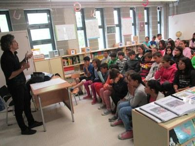 El dibuixant Oriol Garcia Quera desplega el seu art a les escoles d'Olèrdola