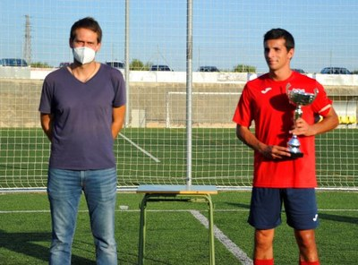 L'alcalde, Lucas Ramírez, lliurava la Copa Olèrdola al capità del Sarrià