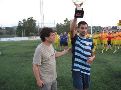 L'alcalde, Josep Tort, va lliurar la copa al capità del Vilafranca, Santi Triguero