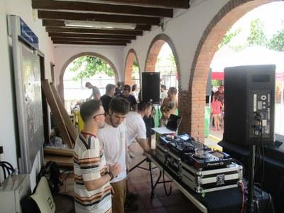 El Grup de Joves de Moja ha estrenat els vermuts electrònics a la plaça de l'Església