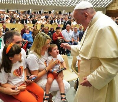 El Papa Francesc beneeix a la família Font Vidal, residents a Moja, en una audiència al Vaticà
