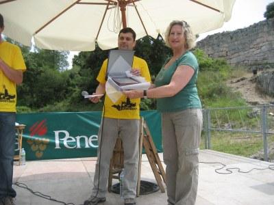 En nom del grup l'Arrel, Marina Vilella recollia el premi l'any 2011