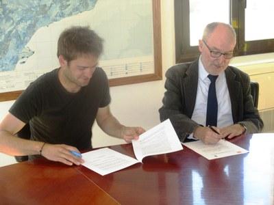 Lucas Ramírez, alcalde d'Olèrdola; i Rafael Ribó, Síndic de Greuges, signant el conveni aquest dimarts al matí
