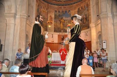 Una de les imatges de la Festa ha estat el ball dels gegants a l'església.Foto: Antoni Duque