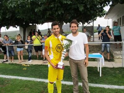 """""""Sacris"""", capità del Vilanova, recull la copa de mans de l'alcalde, Lucas Ramírez"""