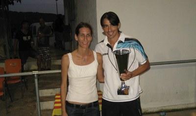 La regidora Arantxa Torres donava la copa a Valldosera, capità del Vilanova