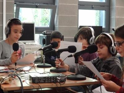 Alumnes de l'escola en el moment d'enregistrar els contes