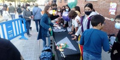 """Els alumnes de 6è de l'escola Circell recapten 288 € amb la venda divendres del conte """"La família Panellet i la caixa màgica"""""""