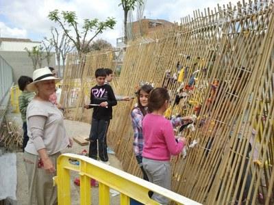 Els alumnes de l'escola de Sant Pere fan una cabana amb el guiatge de l'artista Lesley Yendell