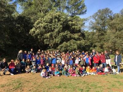 Els alumnes de l'escola Rossend Montané han plantat plançons d'alzina i roure a la Muntanyeta