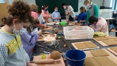 Els alumnes de l'escola Rossend Montané preparen una instal·lació artística amb ceràmica que decorarà un dels patis interiors del centre