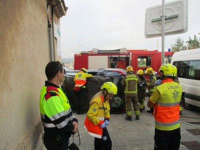 Els bombers rescaten de l'interior del seu vehicle a una veïna de Moja