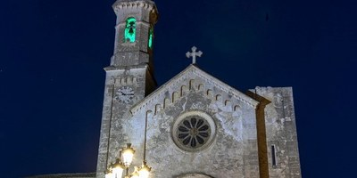 Els campanars d'Olèrdola s'il·luminaven divendres de color verd per commemorar el Dia Mundial de l'ELA