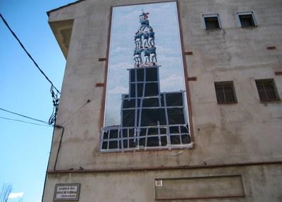 El mural està instal.lat a la façana lateral de la casa de Josep Boada