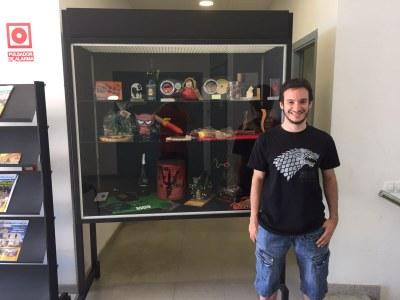 Ferran Díaz, cap de colla dels Diables, davant la vitrina de l'exposició