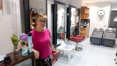 Emi Arnan, propietària de la perruqueria Rínxols de Moja