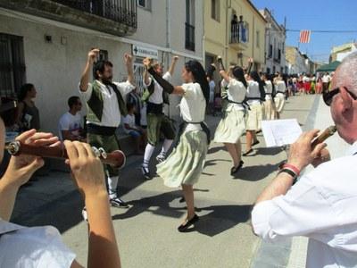 El ball Pla de Vilafranca en acció durant la cercavila de Sant Pere Molanta