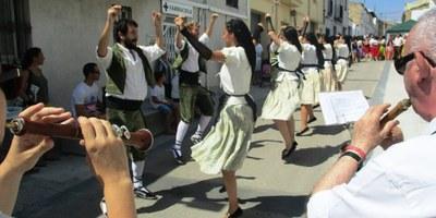 Els grups convidats contribueixen a fer més lluïda la cercavila de la Festa Major de Sant Pere Molanta