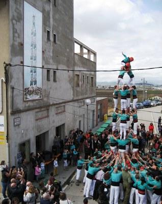 Emotiva inauguració a Sant Pere Molanta del mural de ceràmica dedicat als Castellers de Vilafranca