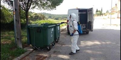 Es  desinfecten els contenidors de Can Trabal