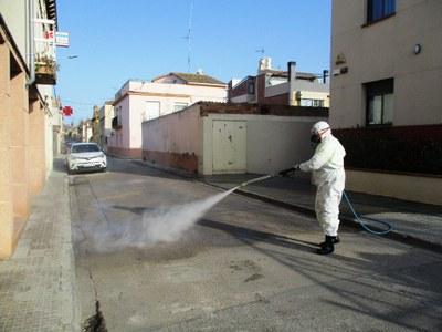 Desinfecció al carrer de la Carrerada de Moja, aquest dimarts al matí