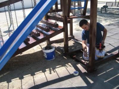 Es reparen els jocs infantils de les places d'Olèrdola i es repinten els 180 bancs del municipi