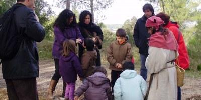 Guisla la remeiera conduirà aquest dissabte una visita teatralitzada pel bosc exterior del Conjunt d'Olèrdola