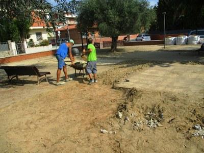 Operaris treballant aquest dijous al matí a la plaça de l'Olivera de Moja