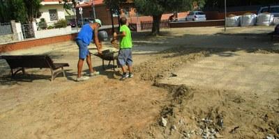Han començat els treballs per substituir les zones de jocs infantils en les places del municipi