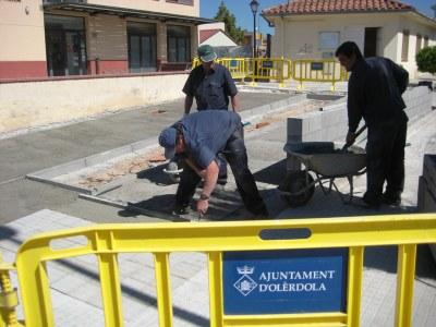 L'Ajuntament arranja voreres i reordena la placeta del carrer Sindicat, davant del consultori