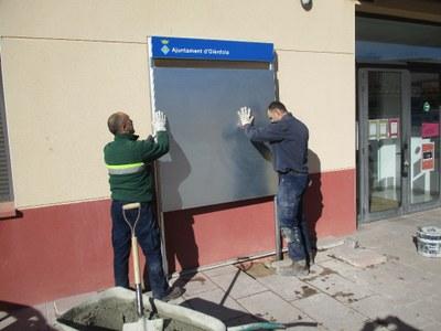 La brigada municipal assumeix els treballs d'instal·lació