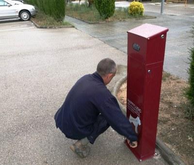L'Ajuntament d'Olèrdola instal.la 16 papereres dispensadores de bosses pels excrements de gossos