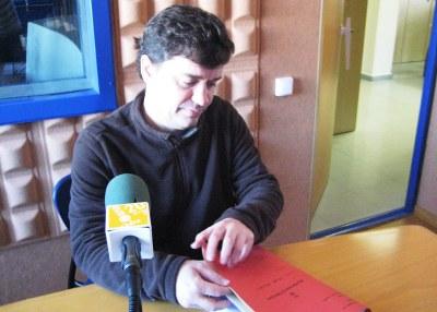 Josep Tort, alcalde d'Olèrdola, amb la documentació presentada al PUOSC