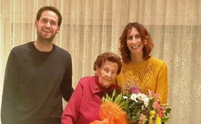 L'alcalde, Lucas Ramírez, i la regidora de gent gran, Arantxa Torres, amb Maria Hill Mateu