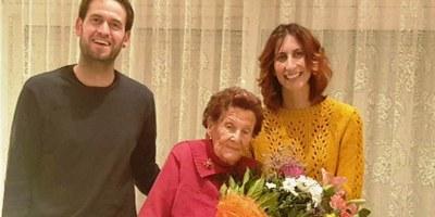 L'alcalde d'Olèrdola, Lucas Ramírez, felicita a una veïna de Moja, Maria Hill Mateu, que ha fet 101 anys