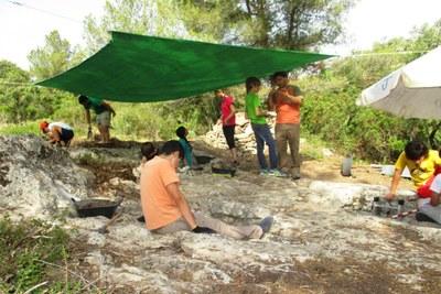 L'Arqueocasal d'Olèrdola ofereix diversió i aprenentatge a la dotzena de joves participants